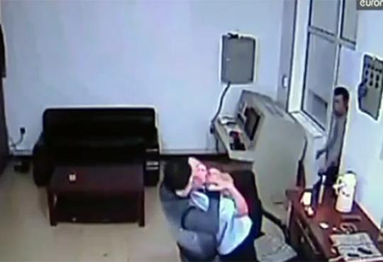 【衝撃映像】中国のリアルプリズンブレイク!出口まで看守が一人のイージーモード