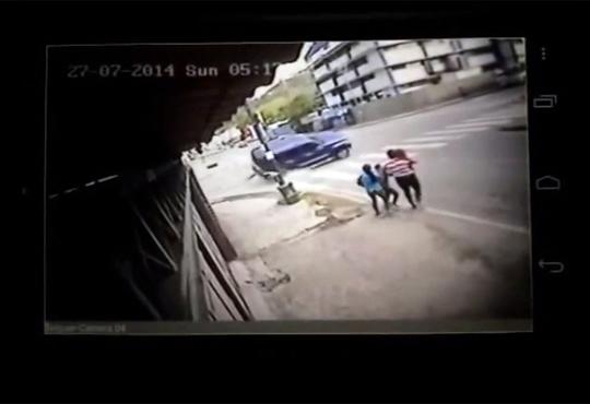 【事故映像】九死に一生な家族!後数十センチで家族全員・・・