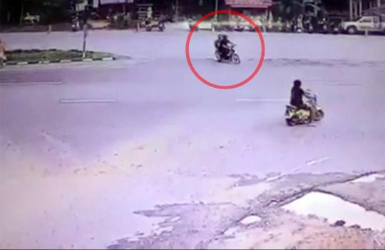 【事故映像】ナゼこのタイミングで・・・バイク粉砕事故映像