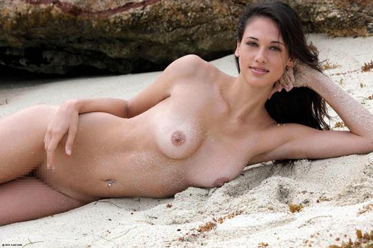【エロ画像】爆乳をばるんばるん!揺らしながら遊ぶヌーディストビーチの美女たちw【画像14枚】