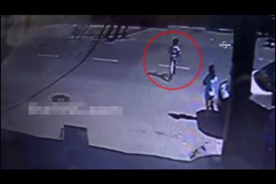 【事故映像】幼い子供がノーブレーキの車に跳ね飛ばされる一部始終・・・