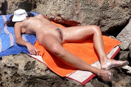 【エロ画像】マ●コ剥き出しで海水浴を楽しむヌーディストビーチの美女たち【画像15枚】
