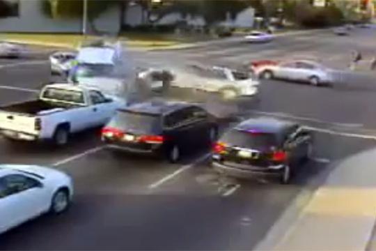 【衝撃映像】一体何台巻き込んだ!?ってくらい無茶苦茶なクラッシュ映像