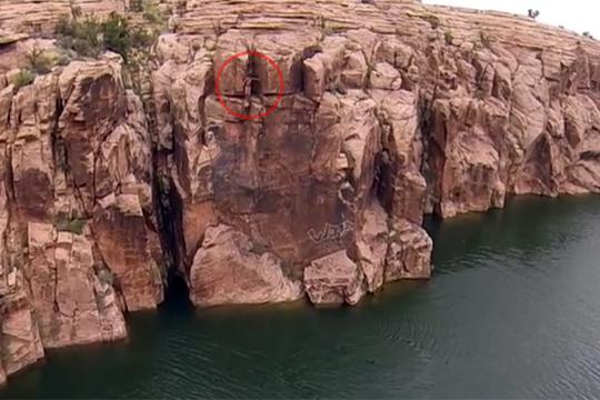 【失敗映像】クリフジャンプしようとしたら足場が崩れて落下・・・