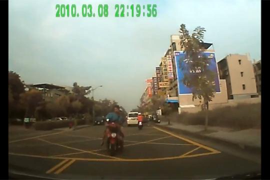 【ハプニング】二人乗りのバイクが正面に突っ込んできた・・・なんか凄い映像撮れたw