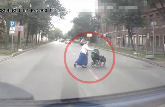 【ショッキング】ベビーカーを押してる親子を跳ね飛ばす一部始終・・・