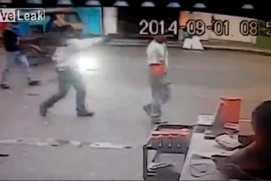 【強盗殺人】あっけない…後ろからヘッドショット一発で殺して鞄を奪っていく・・・