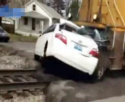 【衝撃映像】車VS貨物列車 乗用車で貨物列車に突撃してみたwww
