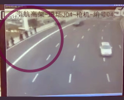 【ショッキング】バス待ちしてる9人を全員轢き殺す!ストライク映像