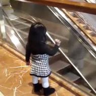 【衝撃映像】エスカレーターで遊んで幼女が消えたんだけど・・・