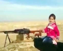 【ISIS】イスラム国兵士を銃殺する幼女が存在した件・・・