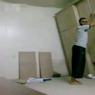 【衝撃映像】おっさんが棚とガチ格闘するシュールすぎる映像w