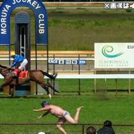 【事故映像】競馬レース中コースに飛び出した男の末路・・・
