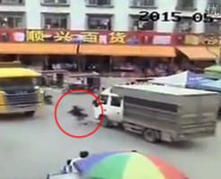 【衝撃映像】不運すぎる女性・・・車に轢かれて飛んだ先には・・・