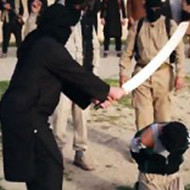 【閲覧注意】イスラム国の公開斬首刑の映像。二人の男性が大きな剣で首を切断される。