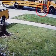 【衝撃映像】小学校のスクールバスが子供引き摺ってるんだけど・・・