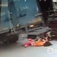 【グロ注意】幼女の上にトラックが乗ってるんだけど・・・ ※閲覧注意
