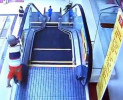 【事故映像】2歳の子供がエスカレーターから落下するまでの一部始終