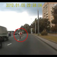 【事故映像】車と正面衝突した自転車の女性・・・伸身3回転着地失敗