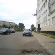 【衝撃映像】10階からベットシーツで脱出→失敗して転落死 ※動画有り