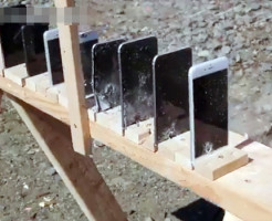 【衝撃映像】AK47ライフルでiPhone並べて貫通するかやってみたwww