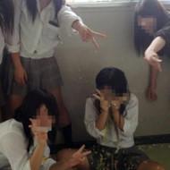 【いじめ画像】 女子高生が集団でイジメられてる写真・・・これ犯罪だろ・・・(※画像あり)