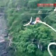 【閲覧注意】女性がバンジージャンプ→ゴムが切れる→流されて行方不明 ※動画有り