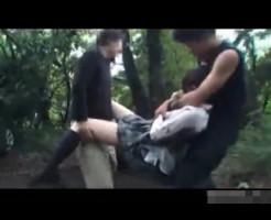 【鬼畜レイプ】泥まみれになって逃げるJKの処女マ○コを無茶苦茶に犯すトラウマ映像・・・