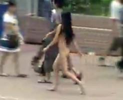 """【微エロ】ちょっとエロいな…中国・広州に現れた""""全裸で歩く女"""""""