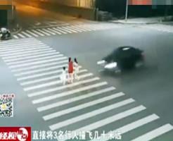 【死亡事故】仲良く3人で歩く母娘を綺麗に轢き殺す・・・動画有り