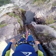 【衝撃映像】落差60メートルの滝からのダイブが玉ひゅんすぎるw