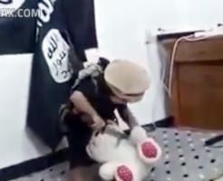 【ISIS】3歳児にぬいぐるみの首を切らせる鬼畜教育・・・