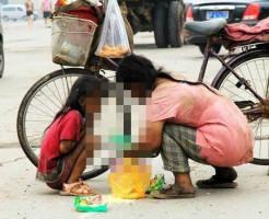 【閲覧注意】お母さんと小さな女の子。余りにも悲惨な中国の貧困層