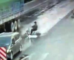 【グロ動画】トラックのタイヤの間に入った原付・・・大量の血しぶきが・・・