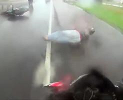 【衝撃映像】目の前のバイクが転倒→ブレーキ間に合わず轢いちゃいました