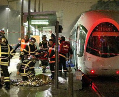 【自殺映像】コンビニに入る感じで線路に降りる女性・・・