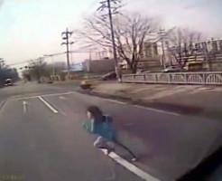 【事故映像】バスに跳ねられて100m飛ばされた少女の末路・・・
