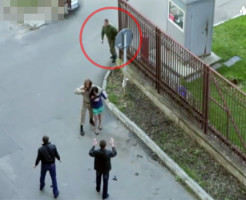 【衝撃映像】女性を人質にする映画の撮影中w勘違いした現役兵士がガチ救出w