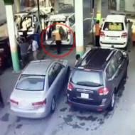 【衝撃映像】車と車にサンドイッチされた男の末路・・・
