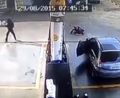 【事件映像】ガソリンスタンド強盗→最後に轢き殺して逃亡