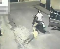 【衝撃映像】バイクに乗ったひったくり犯に鞄を掴まれたらすぐ離さないとこうなる・・・