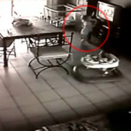 【事故映像】幼女が大型テレビに押し潰される一部始終
