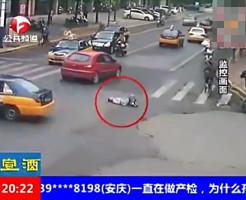 【自殺?】道路の真ん中で寝る女性・・・案の定轢き殺されました