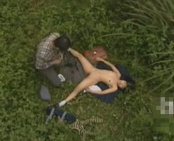 【JK青姦レイプ盗撮】草むらでキモオヤジに犯されてる少女を盗撮したのぞき魔のファイルが流出