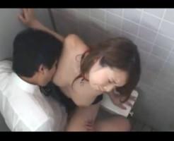 【会社内盗撮動画】トイレに設置した隠しカメラに会社でOLと上司のセックスが録画され流出した問題