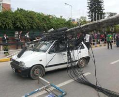 【閲覧注意】電柱が倒れた先に車が・・・中身を見てみると・・・