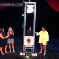 【本物映像】ギロチン処刑台マジックが失敗したらこうなる・・・閲覧注意