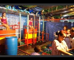 【悲報】タイのお祭りの出店の女の子が地獄を味わってるんだが・・・
