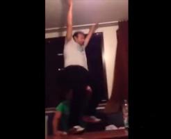 【衝撃映像】酔っ払いご機嫌おじさんが3階から転落死するwww