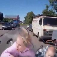 【交通事故】死角から親子が!こんなん回避不可やろ・・・